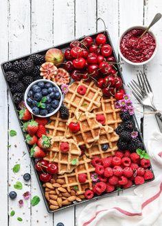 (via Crispy flourless oatmeal waffles (vegan, gluten free & refined sugar free) Waffle Recipes, Brunch Recipes, Breakfast Recipes, Breakfast Ideas, Party Recipes, Oatmeal Waffles, Breakfast Waffles, Vegan Gluten Free, Gluten Free Recipes