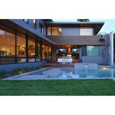 Who wants to having a weekend in this peaceful house? #architecture #arsitektur #pool #pooldesign #desainkolamrenang #kolamrenang #house #rumah #housedesign #desainrumah