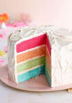 El pastel arcoíris te va a encantar a ti y tu familia. ¡Prepáralo con esta receta!