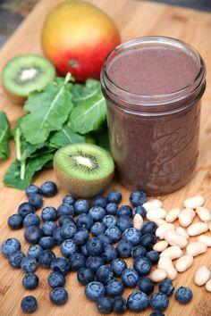 360 Calorie Blueberry Mango Kiwi Smoothie For Lovelier Locks - Smoothie rezepte Kiwi Smoothie, Blueberry Mango Smoothie, Apple Smoothies, Healthy Smoothies, Healthy Drinks, Smoothie Recipes, Detox Drinks, Milk Smoothies, Morning Smoothies