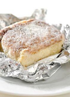 Bolo de coco gelado - I LOVE this dessert. Portuguese Desserts, Portuguese Recipes, Sweet Recipes, Cake Recipes, Dessert Recipes, I Love Food, Good Food, Yummy Food, Carole Crema