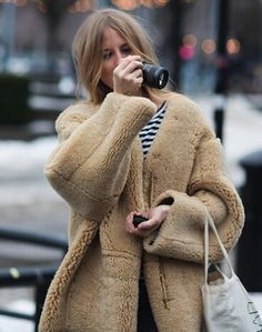 Camel teddy coat  Winter  Coats  Trends2017 Street Style Stoccolma 3d5daacf51c