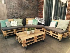 Zelf een loungeset van pallets maken? Download een gratis bouwtekening en stappenplan voor jouw eigen tuinbank van pallets!