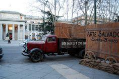 """Camión Mercerdes Benz, de """"Arte salvado"""", exposición junto al Museo del Prado, celebrada en 2010, en conmemoración al traslado de las obras a Valencia-Barcelona-Ginebra."""