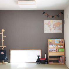 sho.koさんの、壁/天井,地図,和室,アクセントクロス,フラッグガーランド,キッズスペース,絵本棚,しゃれとんしゃあ会,関西好きやねん会,キシル,塩系インテリアの会,IG→sho.ko_ie,のお部屋写真 Kids Room, Lounge, Shelves, Cabinet, Bedroom, Storage, Interior, Furniture, Home Decor