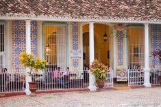 """Façade du restaurant """"El Jigue"""" - Trinidad.  El Jigue désigne un arbre qui ornait la place et désignait l'endroit ou a été célébrée la première messe catholique de l'île.   Retrouve la liste de mes articles sur Cuba -> https://sauts-de-puce.fr/cuba  #Voyage #Journey #Voyagephoto #Ambiance #travel #travelphotography #discovertheworld #discover #phototravel #travelphotography #travelovers #beautifulWorld #Cuba #DiscoverCuba  #streephotos #rues #cityandcolour #citylandscape #eljigue"""