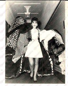 1970 LONDON Hotel SAVOY Gina LOLLOBRIGIDA sfoggia sette pellicce *Foto 13x18 cm • EUR 40,00 - PicClick IT