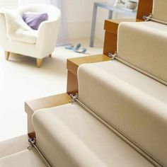 teppich für treppen hell elegant metallstangen