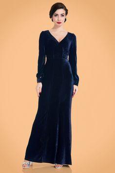 Deze 30s Nicki Velvet Maxi Dress in Navyis velvet glamour to the max!  In deze maxi maak jij gegarandeerd een 'entrance', wow! Super elegante V-halslijn, een geplooide buste, lange pofmouwen met manchetten en een classy maxi rok die sluik langs het lichaam valt zoals de jurken uit de jaren dertig deden.Uitgevoerd in een super zachte, donkerblauwe, fluwelen stof met een subtiel kabelpatroon en een heerlijke stretch. Of het nu het licht van de flitsende cam...
