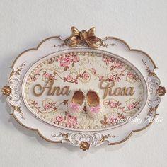Quadro oval provençal para Ana Rosa  Delicadeza define! Essa foi a escolha da mamãe Natalia  Encomendas  whats (69)99902-1211 - Ana #anababyatelie #anababydecor #portamaternidade #quadropersonalizado #decoracaopersonalizada #quartodobebe #decoracaodebebe #maedemenina #babygirl #quadrofloral #sapatinhodeperolas #mamaepira Decopage, Antique Picture Frames, Baby Frame, Gift Bouquet, Pretty Bedroom, Candy Gifts, Baby Decor, Cute Gifts, Baby Shower Gifts