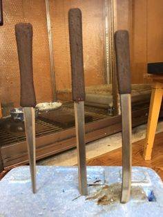 17-04-15 漆で小柄を (坂根龍我 作品 紹介№343 )   それを研ぎ、生漆を摺り込んでいくと何とも鈍い艶の不思議な肌になり、見ようによれば鉄のようにも感じる。 さて、刀型の小柄だけは梨子地粉を蒔き詰め、梨子地漆(透け漆)で固める。