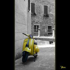 italia  citta della pieve: vespa in giallo   #TuscanyAgriturismoGiratola