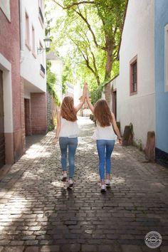 Freundschaft Heidelberg Altstadt Portrait #germany #germangirls #friendship #heidelbergoldtown #heidelberg #oldtown #gasse #altstadt #heidelbergaltstadt #freundschaft #deutschland #romantisch #romantic #blondes #blondegermangirls #happy #happiness #dancing #tanzen #kinmara #kinmarafotografie