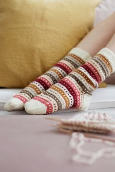 Knitted socks in ivory with green, yellow, cranberry and pink stripes – socken stricken Wool Socks, Knitting Socks, Free Knitting, Knitting Patterns, Crochet Patterns, Knitting Needles, Debbie Macomber, Patterned Socks, Pretty Patterns