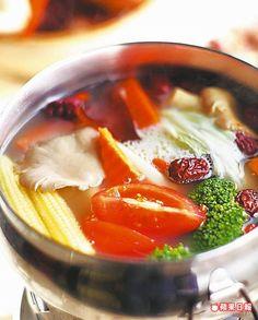 湯汁澄澈甘甜,配菜盤與沾醬也美味。