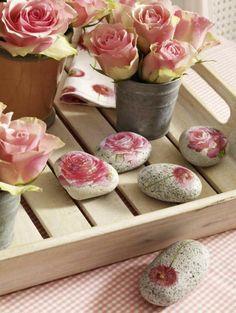 serviettentechnik auf steine, rosen und steine mit servietten mit pinken blumen