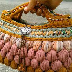 How To Crochet A Shell Stitch Purse Bag - Crochet Ideas Crochet Purse Patterns, Bag Crochet, Crochet Shell Stitch, Crochet Handbags, Crochet Purses, Love Crochet, Beautiful Crochet, Crochet Clothes, Yarn Bag
