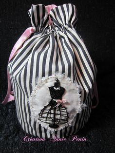 Kit de broderie perlée à laiguille comprenant une photocopie couleur, les explications détaillées de la broderie, le tissu dapplique marqué, le tissu de la pochette, une  aiguille à perles, les perles, les paillettes et les fils. Tissu: Coton et soieFournitures: rocaille, paillettes et paillettes fleur, perles à facettes, coton perlé, petits carrés dorganza de soie, ruban pour le noeudPoints utilisés: Pose de perles et paillettes à laiguille, Point de tige, po...