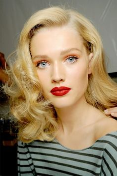 Orange eyeshadow + red lips.