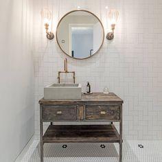 Gravity Home: Location Home in London White Heaven, Decoracion Vintage Chic, London Location, Gravity Home, Cottage Renovation, London House, Vintage Vanity, White Tiles, Bathroom Wall