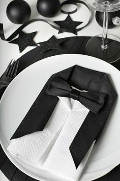Folding napkins - interesting ideas and napkin technology for festive table decorations napkin-falten_coole-idea-for-modern-tischdeko-in-black-with-Smoking napkins Wedding Table Settings, Place Settings, New Years Party, New Years Eve, Napkin Folding, Deco Table, Decoration Table, Holidays And Events, Tablescapes