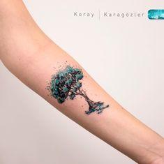 Tatuagem criada por KORAY KARAGÖZLER da Turquia.    Árvore colorida no antebraço.