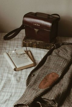 Brown Aesthetic, Aesthetic Vintage, Tips And Tricks, Aesthetic Pictures, Aesthetic Wallpapers, Aesthetic Backgrounds, Light In The Dark, Retro, Aesthetics