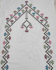 Bende bir #tbt yapıyım dedim ilk kez🐧😊💕 #seccade #etaminseccade#dua#ceyiz#gelin#namaz Palestinian Embroidery, Bargello, Baby Knitting Patterns, Needlepoint, Cross Stitch Patterns, Bohemian Rug, Elsa, Diy And Crafts, Projects To Try