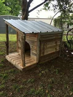 - Cats and Dogs House Diy Outside Dog House, Dog House With Porch, Outside Dogs, Pallet Dog House, Wooden Dog House, Dog House Plans, Potager Palettes, Diy Dog Crate, Dog Yard