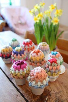 Eierwarmers met kleur voor het Paasontbijt.