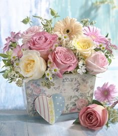 Pin by Marjorie on flower. Beautiful Rose Flowers, Beautiful Flower Arrangements, Amazing Flowers, Floral Arrangements, Beautiful Flowers, Flower Box Gift, Flower Boxes, Shabby Flowers, Pink Roses
