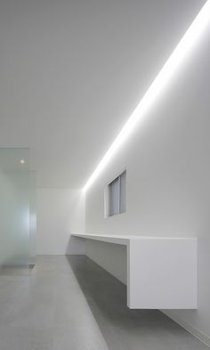 A look at Jun Murata's N Strips House with its striking rhythmic façade & utterly simple interior. Full article & more images on Minimalissimo. Hidden Lighting, Cove Lighting, Indirect Lighting, Lighting Design, Interior Simple, Interior Minimalista, Minimal Home, Minimal Living, Interior Decorating