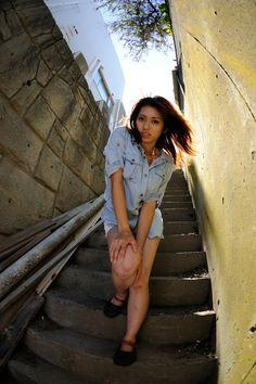細い階段   人物 > 女性の写真   GANREF