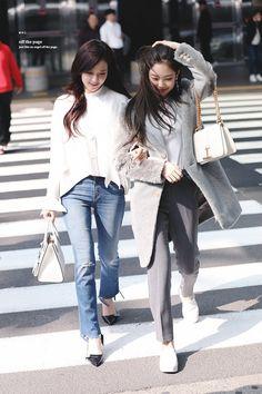 blackpink Jisoo and Jennie Blackpink Jisoo, Blackpink Fashion, Fashion Outfits, Womens Fashion, Girls Generation, Kpop Outfits, Casual Outfits, Kpop Mode, Korean Fashion Kpop