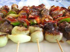 Brochetas de carne y verduras