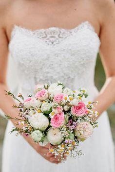 Brautstrauß in rosa und weiß mit Rosen, Schleierkraut, Wachsblumen, Kamille #brautstrauß #bouquet - Originelle Landhaushochzeit mit VW Bulli | Hochzeitsblog The Little Wedding Corner