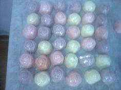 Os botões de rosas.Os sabonetes são feito com base glicerinada.Sabonete com formato de mine rosas  Pode ser feito bem colorido, branco ou mesclado lembrando um ovo de Páscoa  É fabricada com matéria prima hipoalergência e com registro na ANVISA.  Os sabonetes artesanais são sensíveis ao calor e luz solar. Mantenha-os em local fresco.  A produção é feita por encomenda. Consulte-nos sobre prazo de entrega.    Essência : calêndula , erva cidreira, erva doce, Alecrim , Chanteuse, mamãe bebe…