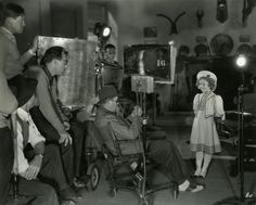 John Ford, assis, dirige Shirley Temple dans La Mascotte du régiment (Wee Willie Winkie, 1937). © DR