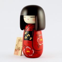 Kokeshi Doll Red Camellia (S) (k12-3852) It is an elegant work of the deep red of its own by Masae Fujikawa. The large camellia drawn in the body particularly catch the eyes. Original Title : Benitsub