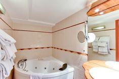 Duplex 4 personnes vue sur mer  Un grand lit (ou 2 lits sur demande) en mezzanine et un canapé 2 places ou 2 fauteuils qui se déplient au rez de chaussée,  Salle de bain avec baignoire balnéo (9h-21h) et toilettes séparées.  Accès direct sur la terrasse (non privative) de notre bar vue mer.