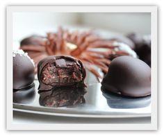 Raw brownietrøfler med sjokolade.