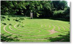 Turf Labyrinth, 2008, Sinfield Trust, Hasketon, Suffolk, Inghilterra. Costruito da Labyrithos, staff e volontari.
