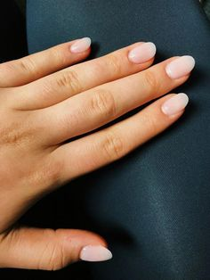 The advantage of the gel is that it allows you to enjoy your French manicure for a long time. There are four different ways to make a French manicure on gel nails. Nails Ideias, Rounded Acrylic Nails, Acrylic Nail Shapes, Pink Nail Colors, Light Pink Nails, Light Colored Nails, Manicure Y Pedicure, Nagel Gel, Nude Nails