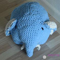 Elefanten er hæklet i Hoooked Zpagetti og måler ca. 50-55 cm i længden og ca 25-30 cm i højden. Elefanten er fyldt med fiberfyld.