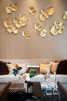 mur en papier peint couleur dorée aux rayures fines brillantes, applications de grandes feuilles métalliques en couleur or avec surface brillante et lumineuse, decoration murale design