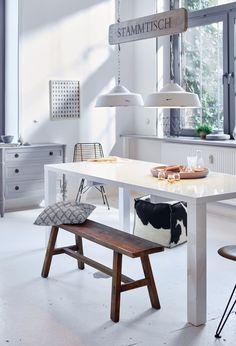 Zwei Personen brauchen noch Platz? Kein Problem, dieser geradlinige, hochglänzend weiße Esstisch lässt sich ganz einfach ausziehen. Aus MDF. Ca. H 76 x B 120 - 200 x T 90 cm. Lieferung erfolgt demontiert in einem Packstück.