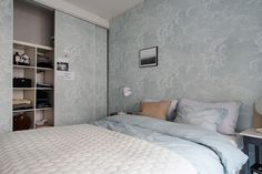 Wandmotive weitläufig einsetzen - Wandgestaltung und Einbauschrank-----Eingelassene oder Einbauschränke mit Schiebetüren sind die beste Wahl für Stauraum in einer kleinen Wohnung. Gestalterisch abgesehen ist es ratsam diese in Raumhohe zu planen und wie einen natürlichen Verlauf der Wand auszuführen. Eine pastellfarbige Tapete oder eine simple Wandverkleidung eignen sich gut zum Zweck.