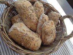 Jeg har tidligere skrevet om eltefritt brød, som altså omtales som verdens beste brød. Disse rundstykkene kommer på en meget god andre plass. Deigen settes altså dagen før. På morran velter jeg bar...