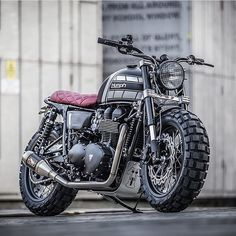 Gah can't get enough of the newest @downandoutcaferacers #triumphbonneville. #scrambler #t100