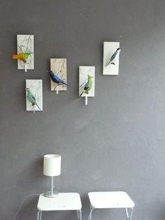 Die wunderschöne Vogel-Skulptur ist aus Pappmachee modelliert, anschliessend angemalt und lackiert und auf das Stöckchen gesetzt. Daran hängt auch das Namenschild.Das Brett hat auf der Rückseite...